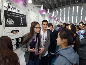 על רקע תצוגת חגורת החיישנים לנחיית עיוורים שהציגו תלמידי הכפר הירוק בסין