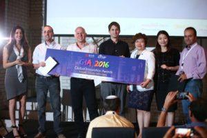 """הזוכים מימין לשמאל) איתי אור מ - Aerial Guard, יאיר שפירא מ –NiniSpeech  ואורי זליכוב מ - Boomerang מחזיקים את השלט. משמאל – הילה גולדמן -  מנכ""""לית DIAcardio, הזוכה בתחרות הגלובלית משנה שעברה יחד עם השותפים בקרן JVP וחברת Shengjing."""