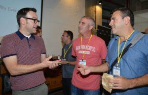 משמאל סקוט ליונס מפורד עם סטארטאפיסטים ישראליים צלמה תמר מצפי