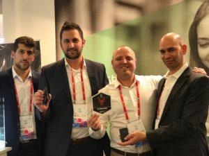 תמונה- צוות הסטארט-אפ Kado זוכה בפרס אביזר המובייל בכנס MWC בברצלונה