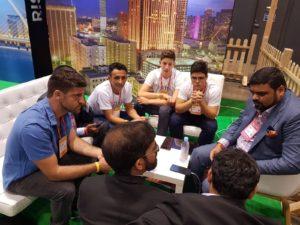 ישיבה עם ההודים שמתעניינים בטכנולוגיה