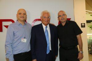 השגריר עם ראש העיר פתח תקוה מימין ועוזי נבון מנכל אורקל ישראל - משמאל