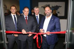 """מימין: פיליפ דלידקיס, השר לענייני חדשנות, עסקים קטנים ומסחר של ויקטוריה, אוסטרליה, יוסי שנק, סמנכ""""ל תקשוב והגנת סייבר בחברת החשמל, אלוף במיל. יפתח רון-טל, יו""""ר חברת החשמל, אופיר חסון, מנכ""""ל סייברג'ים"""