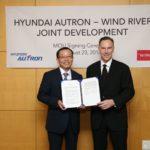 """ג'ים דוגלס – נשיא ומנכ""""ל ווינד ריבר (מימין) בחתימת ההסכם עם צ'ו סונג הואן – מנכ""""ל Hyundai Autron"""